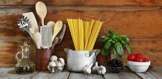 Reeks ruwe ingrediënten voor Italiaanse deegwaren op een houten achtergrond Stock Fotografie