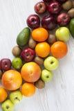 Reeks ruwe vruchten met exemplaarruimte op witte houten achtergrond Vlak leg De zomerachtergrond Stock Foto