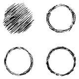 Reeks ruwweg gemaakte zwarte cirkelelementen, getrokken hand, vector illustratie