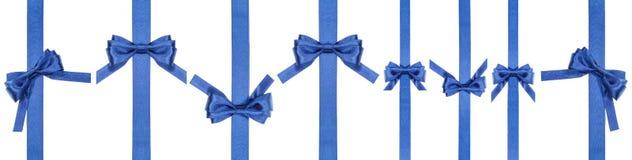Reeks satijn blauwe bogen op smalle verticale linten Royalty-vrije Stock Foto