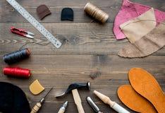 Reeks schoenmakershulpmiddelen op bruine houten bureau hoogste mening als achtergrond copyspace royalty-vrije stock fotografie