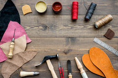 Reeks schoenmakershulpmiddelen op bruine houten bureau hoogste mening als achtergrond copyspace royalty-vrije stock afbeelding