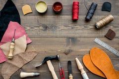 Reeks schoenmakershulpmiddelen op bruine houten bureau hoogste mening als achtergrond copyspace royalty-vrije stock foto's