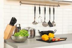 Reeks schone cookware, werktuigen en producten op lijst in modern stock foto