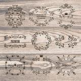 Reeks sierkaders met kronen op natuurlijke houten textuur Stock Afbeelding