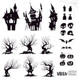 Reeks silhouetten voor het sombere huis van Halloween, sinistere bomen, omheiningen, graven, schedels, pompoenen en knuppels royalty-vrije illustratie
