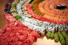 Reeks smakelijke sushibroodjes in het restaurant royalty-vrije stock afbeelding