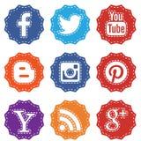 Reeks sociale die pictogrammen op witte achtergrond wordt geïsoleerd Stock Afbeelding