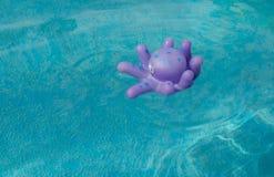 Reeks speelgoed voor kinderen in een blauwe kinderen` s pool royalty-vrije stock afbeelding