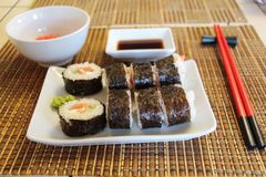 Reeks sushibroodjes op bamboemat stock foto's