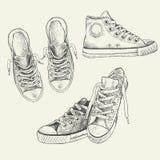 Reeks tennisschoenen op de witte die achtergrond in een schetsstijl wordt getrokken gumshoes royalty-vrije illustratie