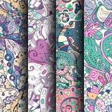 Reeks tracery kleurrijke naadloze patronen Gebogen doodling achtergronden voor textiel of druk met mehndi en etnische motieven royalty-vrije illustratie
