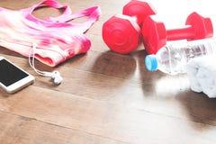 Reeks trainingmateriaal en toebehoren voor vrouw op houten vloer stock fotografie