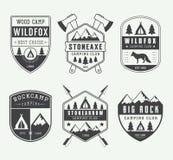 Reeks uitstekende het kamperen etiketten, kentekens en emblemen Royalty-vrije Stock Foto's