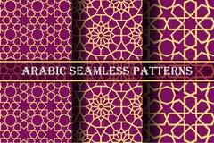 Reeks van 3 Arabische patronenachtergrond Geometrische naadloze moslimornamentachtergrond geel op donker roze kleurenpalet