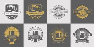 Reeks van bar, brouwerij, ambachtbier, brouwerij en bieretiketten, emblemen, kenteken en ander ontwerp Grijze en gouden vector Royalty-vrije Stock Foto's