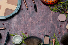 Reeks van borstels en mascara met oogschaduw op houten achtergrond Royalty-vrije Stock Afbeeldingen