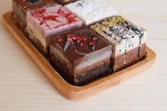 Reeks van cake op witte houten raad stock foto's