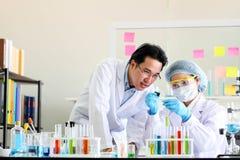 Reeks van Chemische buisontwikkeling en apotheek in laboratorium, bioc stock foto's