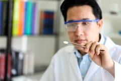 Reeks van Chemische buisontwikkeling en apotheek in laboratorium, biochemie en onderzoektechnologieconcept royalty-vrije stock foto's