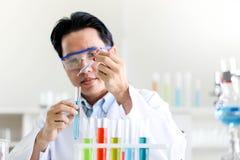 Reeks van Chemische buisontwikkeling en apotheek in laboratorium, biochemie en onderzoektechnologieconcept stock foto