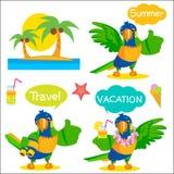 Reeks van de Grappige Mascotte van de Papegaaitoerist Vakantie en Toerismepictogrammen en Besprekingsballons Stock Foto's