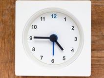 Reeks van de opeenvolging van tijd op de eenvoudige witte analoge klok Royalty-vrije Stock Foto's