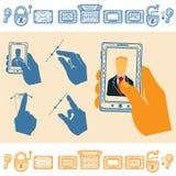 Reeks van de Rechte Mobiele Telefoon van de Handholding met de Mens op het Scherm Vlakke stijlpictogrammen Stock Afbeeldingen