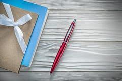 Reeks van de uitstekende pen van blocnotes rode biro op houten raad direct ab royalty-vrije stock fotografie