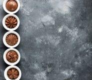 Reeks van de werveling van de chocoladeroom in kleine witte kommen royalty-vrije stock afbeeldingen