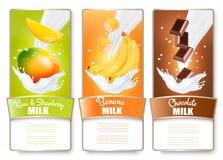 Reeks van drie etiketten van fruit in melkplonsen royalty-vrije illustratie