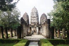 Reeks van drie pagoden achter muur in sukhothai historisch park Thai Stock Fotografie
