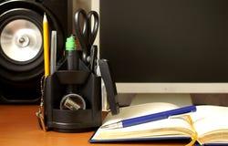 Reeks van een kantoorbehoeften op Desktop Stock Afbeelding