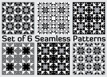 Reeks van 6 eigentijdse geometrische naadloze patronen met driehoeken en vierkanten van zwarte, grijze en witte schaduwen stock illustratie