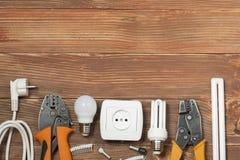Reeks van elektrohulpmiddel op houten achtergrond Toebehoren voor het techniekwerk, energieconcept Royalty-vrije Stock Fotografie