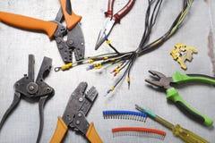Reeks van elektrohulpmiddel op houten achtergrond Toebehoren voor het techniekwerk, energieconcept Stock Foto