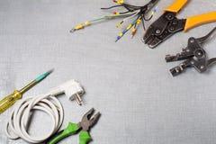 Reeks van elektrohulpmiddel op houten achtergrond Toebehoren voor het techniekwerk, energieconcept Stock Foto's