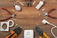 Reeks van elektrohulpmiddel op houten achtergrond Toebehoren voor het techniekwerk, energieconcept Stock Afbeelding