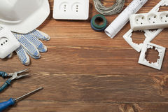 Reeks van elektrohulpmiddel op houten achtergrond Toebehoren voor het techniekwerk, energieconcept Royalty-vrije Stock Afbeelding