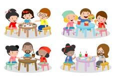 Reeks van Familiezitting bij eettafel, familie die diner, jonge geitjes eten die Snel Voedsel, familie eten die sushi, familie et Royalty-vrije Stock Foto's