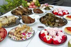 Reeks van favoriet voedsel voor Chinees Spook en Geestfestival smakelijk voedsel, vruchten en snoepje voor voorvaderoorlogsschip stock afbeeldingen