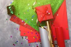 Reeks van feestelijk decoratief document en lint voor het verpakken van giftvakjes op grijze geweven achtergrond Royalty-vrije Stock Afbeeldingen