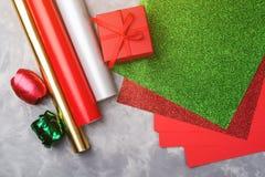 Reeks van feestelijk decoratief document en lint voor het verpakken van giftvakjes op grijze geweven achtergrond Stock Fotografie