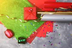 Reeks van feestelijk decoratief document en lint voor het verpakken van giftvakjes op grijze geweven achtergrond Stock Foto's