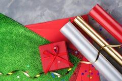 Reeks van feestelijk decoratief document en lint voor het verpakken van giftvakjes op grijze geweven achtergrond Stock Afbeeldingen