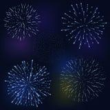 Reeks van feestelijk vuurwerk die in diverse vormen barsten die op zwarte abstracte vectorillustratie fonkelen als achtergrond royalty-vrije illustratie
