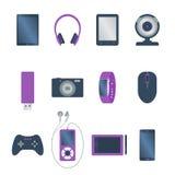 Reeks van Geïsoleerd gekleurd elektronisch gadget, boeklezer, tablet, Webcamera, smartphone, oortelefoon, computermuis, grafisch  vector illustratie