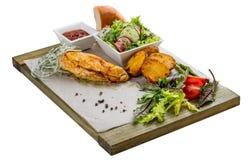 Reeks van gebakken kippenfilet, plantaardige salade, aardappels en saus royalty-vrije stock fotografie