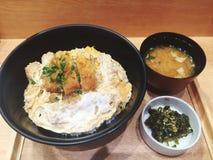 Reeks van gebraden varkensvlees met vers ei op rijst Stock Foto