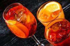 Reeks van Glas van oranje cocktail dat met citroen bij bar tegenachtergrond wordt verfraaid royalty-vrije stock afbeelding